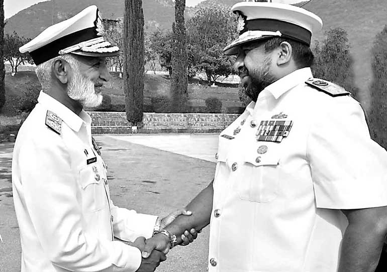 Pakistan's-Naval-Chief-welcoming-the-SL-Naval-Commander